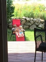 Plötsligt händer det! De sitter båda två i solstolen utan puff och knuff!
